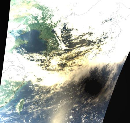 地球に影を落す月 by JAXA