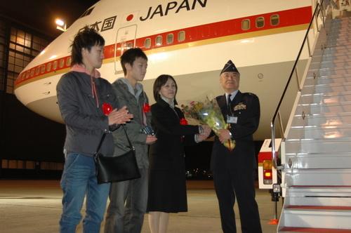 2009年4月4日、ラストフライトを終えた塙哲夫1佐 by 苫小牧民報社