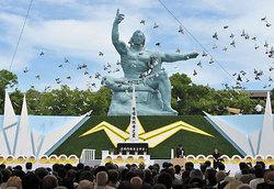 平和祈念像前での式典風景