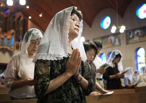 浦上天主堂で祈りを捧げる人たち