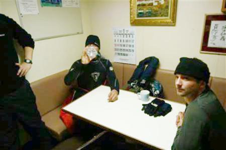 「第2勇新丸」に侵入し拘束されたシーシェパードの活動家=2009/01/15(日本鯨類研究所提供)